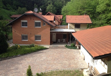 Image for Večja družinska hiša, Dolina